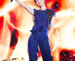 陳慧琳穿上Giorgio Armani彩藍色短袖上衣和天鵝絨長褲
