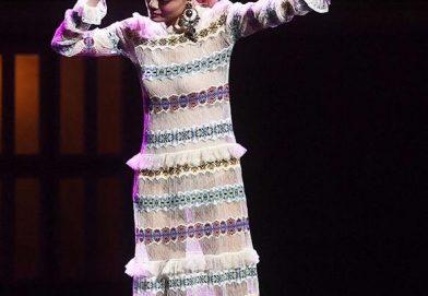 容祖兒穿著 Alexander McQueen SS17蕾絲針織裙