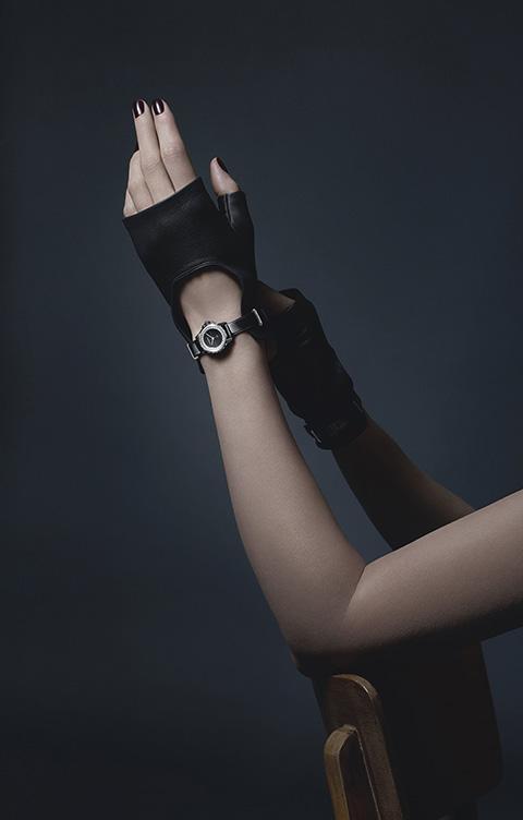 j12xs_montre-gants-noirs